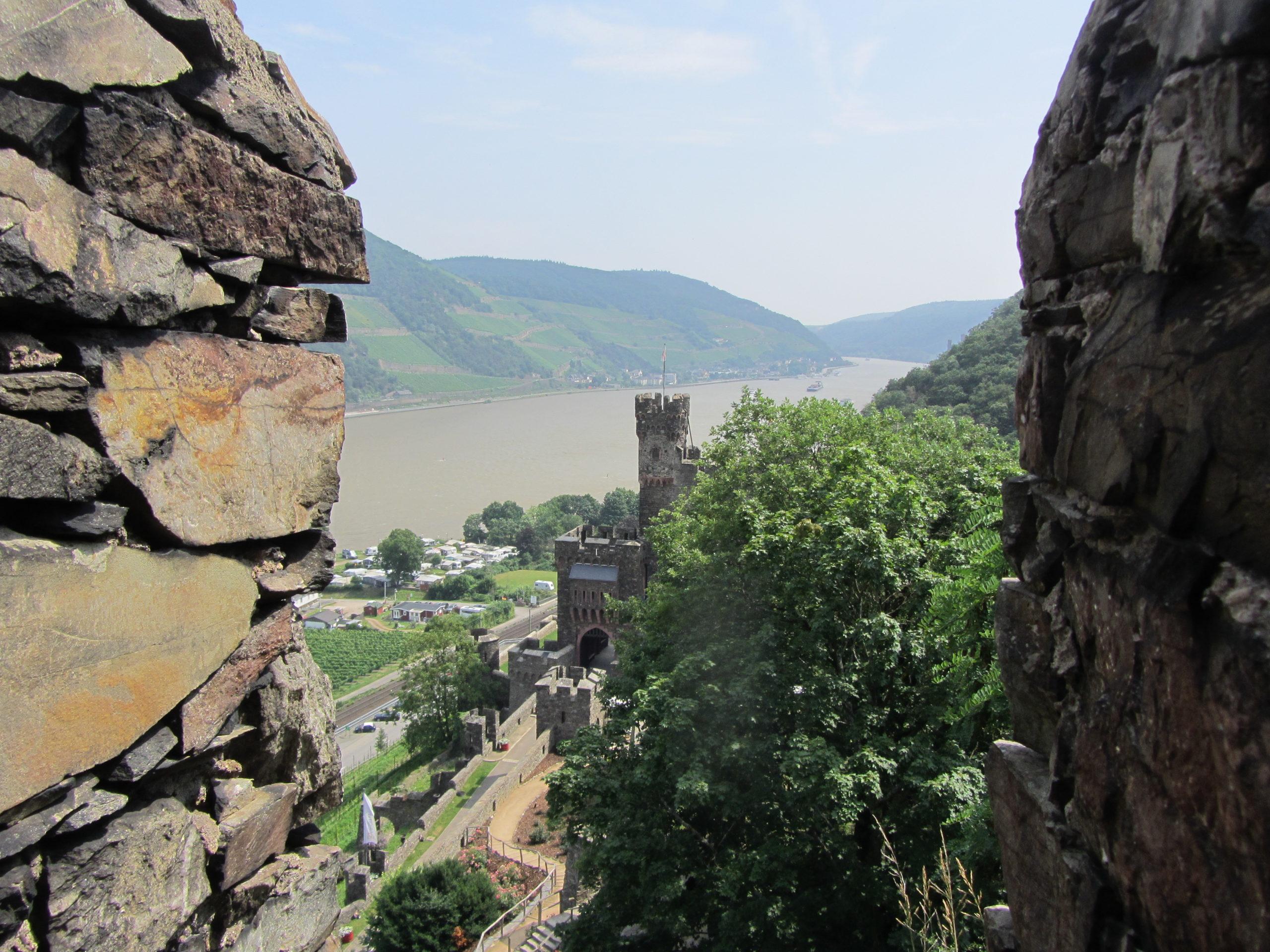 Blick auf Burg Reichenstein und ins Mittelrheintal